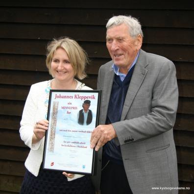 Ordførar i Sund Kari-Anne Landro deler ut pris til Nils Harald Lie
