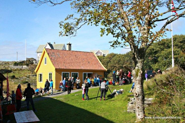Folk ventar på bakkane på Trellevik Kystkultursenter